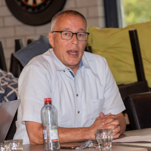 René Reusen legt de accommodatie plannen uit aan de ALV