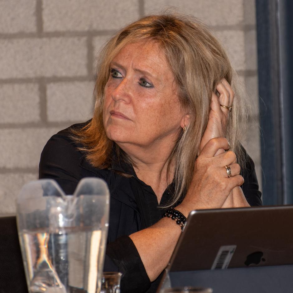 Secretaris Jacqueline Feenstra luistert aandachtig naar een collega