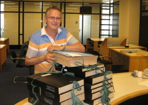 Erik van Dort in de Koninklijke Bibliotheek om oude krantenartikelen over o.a de oprichting van HBR op te speuren