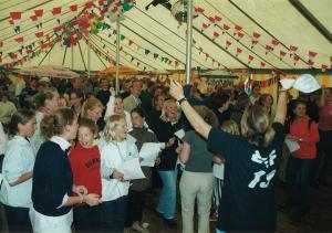 Een volle tent met feestvierders
