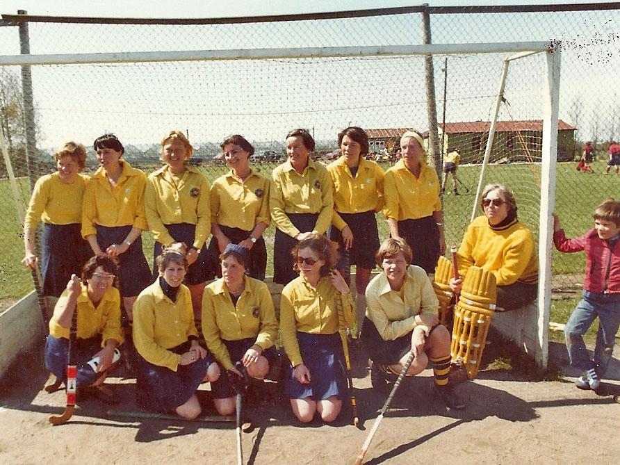 Huisvrouwen Team bij 1e clubhuis (dus tussen 1977-1984)