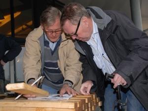 Hens met Roland Numeijer bij het maken van de buiten loungebanken (2012)