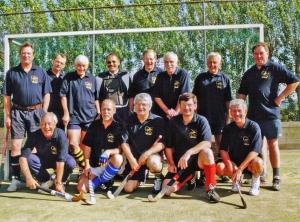 Hens (staand uiterst rechts) met veteranen reünie team (2000)