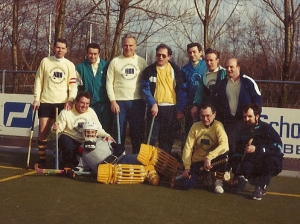 Hens met veteranen elftal, met naast Hens, uiterst links een jonge Erik Bakx