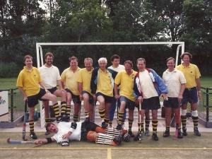 Hens (3e van links) met een ander veteranenelftal met o.a. Paul van der Burg en Peter Beckers
