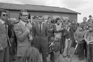 16 april 1977: Erik Bakx (uiterst links met zonnebril) bij de opening van het 1e clubhuis