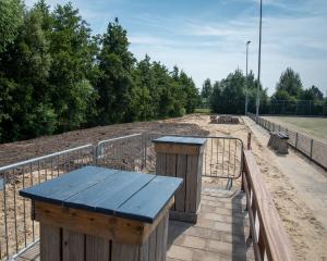 Nieuw terras en kijkersdijk in aanbouw bij Veld 2