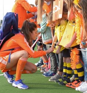 """14 juni 2016 """"Handtekeningenjacht"""" na de Interland Oranje dames"""