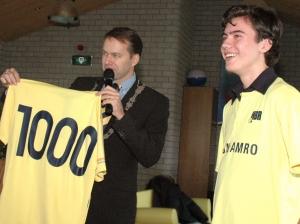 november 2010 - Burgemeester Van Vliet verwelkomt Ruben Bonnewits als 1000e lid bij HBR