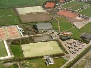 HBR in 2003 met 2 velden (1 oud en 1 nieuw) en onderaan ons uit 1984 daterende clubhuis (foto KNHB/Aluphoto)