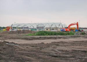 1 juni 2004, nog geen nieuwe hockeyvelden, maar wel de nieuwe tennishal in aanbouw