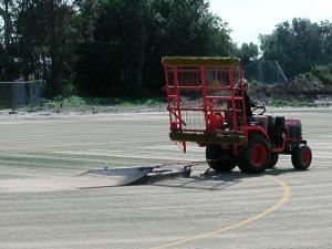 Zand wordt over de nieuwe mat uitgespreid