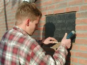 """24 dec. Voor de onthulling moet """"de 1e steen"""" geplaatst worden door een vakman"""
