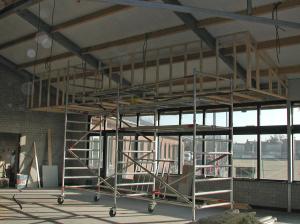 Na de eerste steen wordt er hard gewerkt om het clubhuis af te krijgen voor de officiële opening begin maart