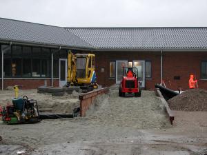 10 februari minder dan een maand tot de opening en nog veel werk te verzetten zoals hier aan het toegangspad