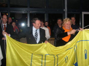 Voorzitter HBR Harm Mallee opent samen met Erica Terpstra officieel het nieuwe clubhuis door het heisen van de verenigingsvlag