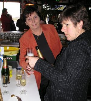 De Bubbels worden ook in het oude clubhuis al geschonken door bar-runners Gerrie v.d. Windt en Pien Sillem