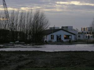 Het oude clubhuis ligt schilderachtig aan 'de Berkelse plas' (het oude veld) de laatste maanden van haar bestaan!