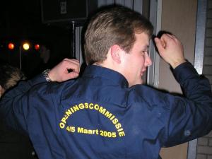 Marc Hählen showt trots het shirt van de Opening Clubhuis Commissie