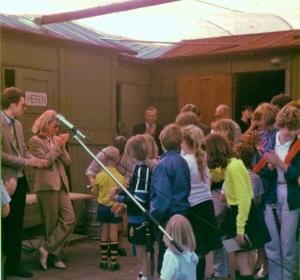 Erik Bakx en Ada Kolff voor het 1e clubhuis in 1983 of 1984. Voor de gelegenheid (?) is een provisorisch dak gemaakt met een balk en een zeil