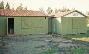 Het oude clubhuis, met de luiken (symbolisch?) gesloten, vlak voordat de Berkelse brandweer het in de brand zal steken