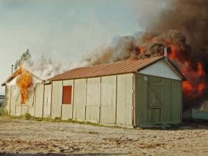 De eerste vlammen slaan uit het clubhuis