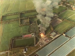 Unieke foto van het oude sportpark met het brandende oude clubhuis met 2 brandweer auto's nabij, en het het 2e clubhuis linksonder met het nieuwe hoofdveld (natuurlijk wel met gewoon gras)