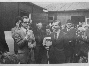 Opening 1e clubhuis op 20 april 1977. Met microfoon de wethouder van sport Hr.Pörtzgen. Links van hem: Erik Bakx. Aandachtig luisterend (met snor) voorzitter Jan-Willem Arnold