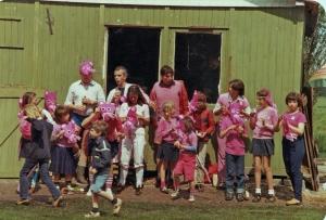 """Het team van de familie Kolff won de eerste prijs op het familietoernooi van 24 mei 1981 met hun team """"The Pink Panthers"""". Verder o.a. de families Arnold, Kobus en Coopman"""