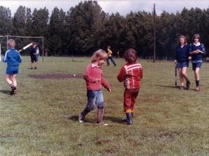 """Het eerste veld was een """"krijgertje"""" (eigenlijk geleend) van de voetbal. De hockey condities voldeden dan ook niet aan de hedendaagse eisen..."""