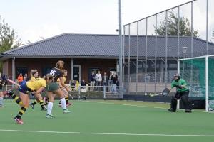 Lisanne Wickert haalt uit voor de 1 - 0