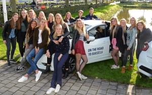 Dames 1 met de nieuwe sponsorauto