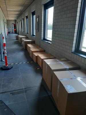 De dozen staan te wachten om uitgepakt te worden
