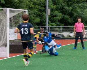 SC van Teun  passeert de keeper van Hilversum