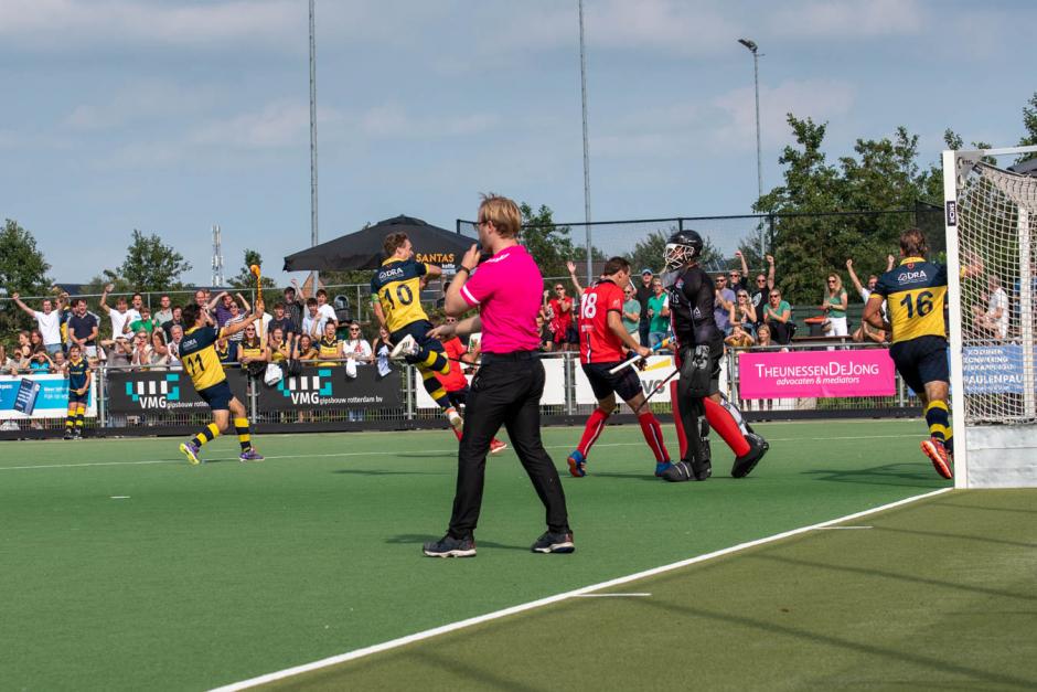Foto: HBR viert de 2e treffer van nr 16 Sjoerd Zeeman. Bart van Eijken (10) en Koen Streefkerk (11) delen in de vreugde